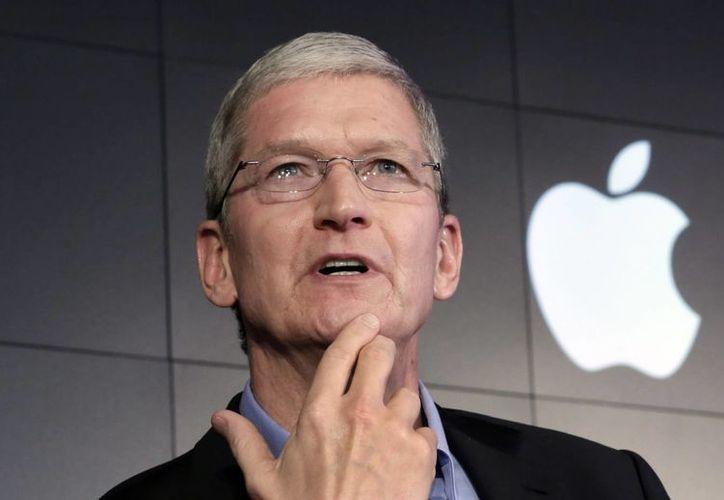 El director general de Apple, Tim Cook, responde una pregunta durante una conferencia de prensa en la sede de IBM Watson en Nueva York el pasado mes de abril. Apple anunció sus planes para un nuevo evento de lanzamiento de producto el 9 de septiembre en San Francisco. (Foto AP/Richard Drew)