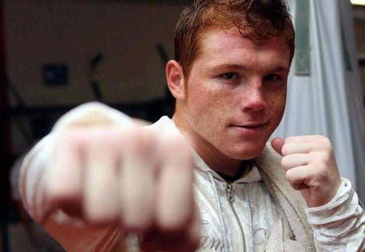 El boxeador Saúl Álvarez, quien este jueves cumplió diez años de trayectoria, se encuentra en preparación para enfrentar el próximo 21 de noviembre al puertorriqueño Miguel Cotto. (Archivo Mexsport)