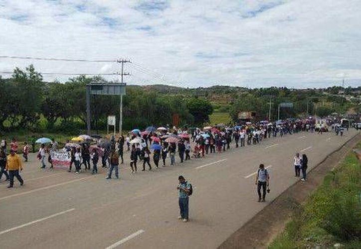 Los maestros de la CNTE protestaron a una semana de los hechos violentos en Nochixtlán, que dejaron ocho personas muertas. (Milenio)