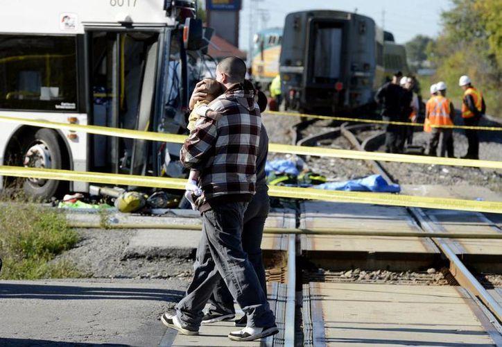 Uno de los pasajeros lleva a su hijo en brazos. (Agencias)