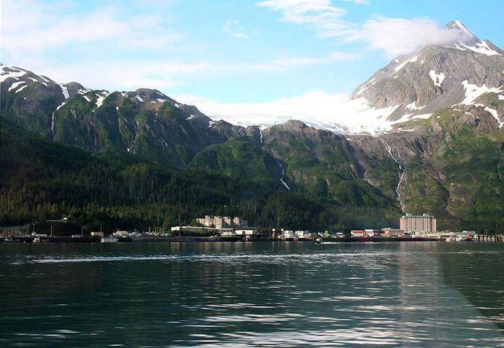 A pesar de ser muy socorrida por el turismo, la localidad de Whittier está aislada de la capital de Alaska, Anchorage. (Wikipedia)