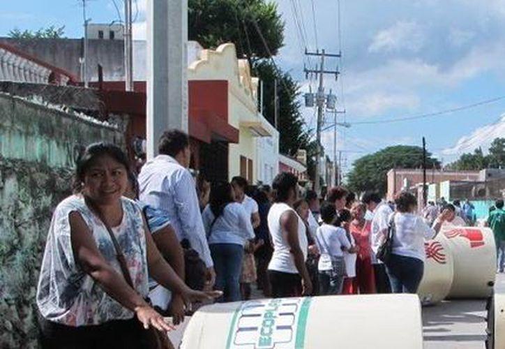 El Gobierno de Yucatán dice que entrega tinacos en zonas prioritarias. (Milenio Novedades)