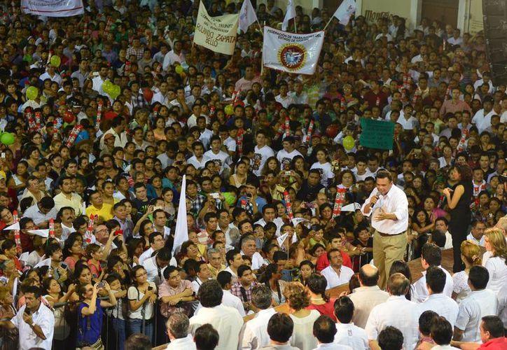 Miles de priistas se congregaron ayer en la Casa del Pueblo, sede del tricolor, para conmemorar por segundo año el triunfo electoral de Rolando Zapata en Yucatán. (Milenio Novedades)