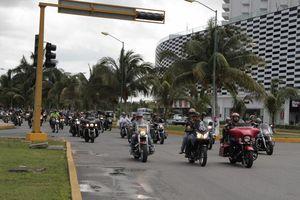 Más de 400 motociclistas festejaron su día en Cancún