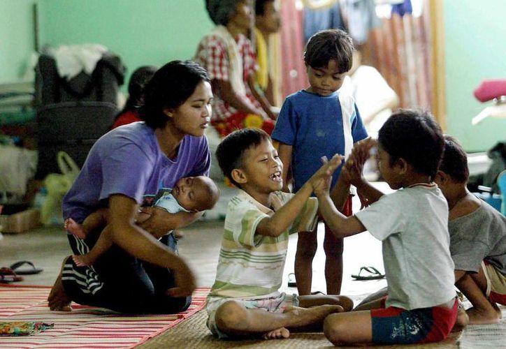 Cientos de menores viven hacinados en las celdas de sus padres. (EFE)