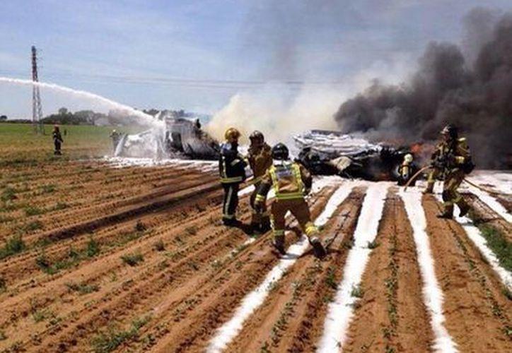 Bomberos llegaron al lugar para apagar el fuego de los restos del accidente sobre un campo de siembra. (twitter/@POLICIAyEMERGEN)