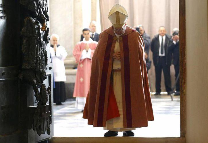 El Papa Francisco tras abrir la Puerta Santa de la basílica de San Juan de Letrán, la catedral de Roma, un rito que se enmarca dentro de los actos del Año Santo Extraordinario de la Misericordia, que comenzó el pasado martes. (EFE)