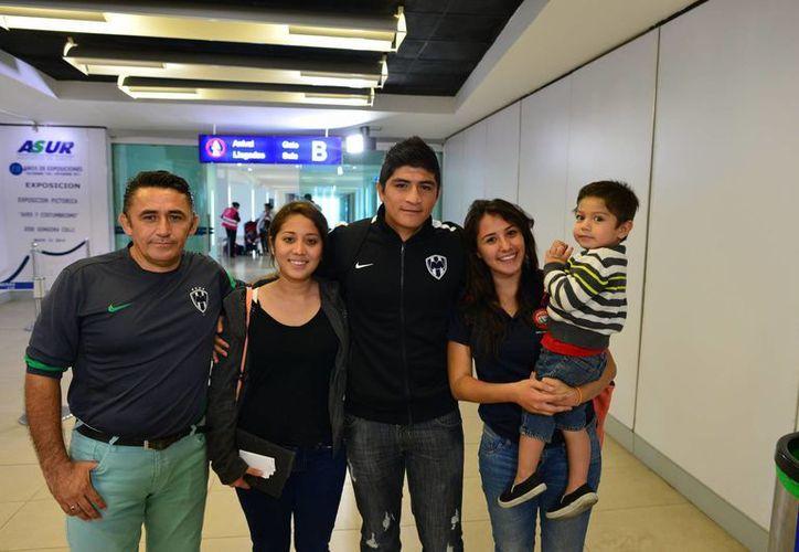 Ulises, acompañado de su padre Julio (izq), su hermana Yahaira, su esposa Andrea y su hijo Ulises Jadai (der).