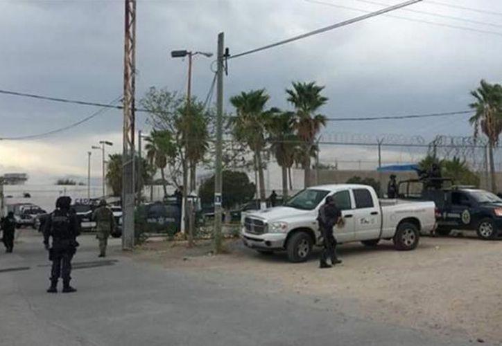 Al lugar arribaron elementos de las fuerzas armadas y federales en apoyo del personal de seguridad estatal que están a cargo de las instalaciones.(Red de Noticias TC)