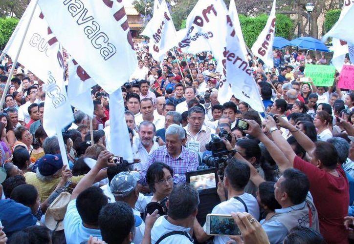 López Obrador ofreció a los padres de normalistas designar cargos públicos si apoyaban al candidato de Morena en Guerrero. (Facebook/Andrés Manuel López Obrador)