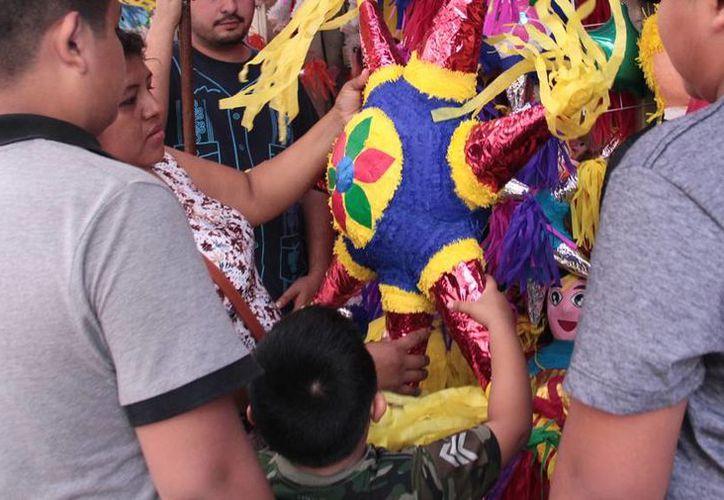 Cada comercio especializado fabricó unas 300 piñatas, la mayoría de las conocidas de 7 picos, para este cierre de año 2016, en Mérida. (Jorge Acosta/SIPSE)