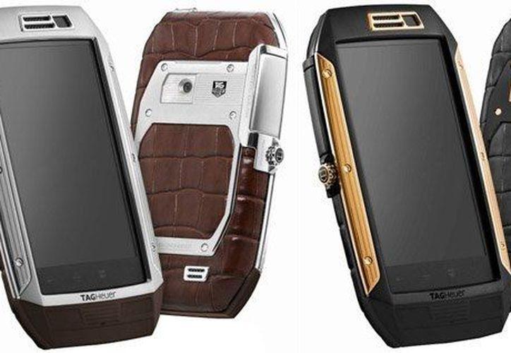 La ficha técnica del celular TAG indica que entre los materia con los que fue creado están oro rosa de titanio, acero y piel de cocodrilo. (bp.blogspot.com)
