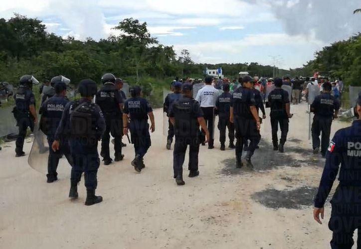 Los elementos continúan resguardando la zona para evitar que ingresen las alrededor de 50 personas. (Foto: Daniel Pacheco)