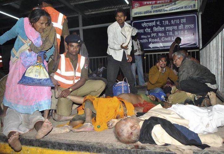 Algunos medios indios atribuyeron inicialmente la tragedia al colapso por sobrecarga de un puente. (EFE)