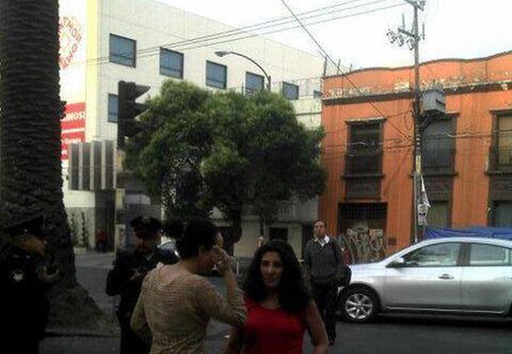 Ortega de la Vega (de rojo) cuenta con antecedentes penales por robo y daño en propiedad. (Twitter.com/@siete_letras)