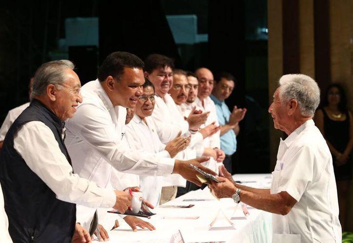 El gobernador Rolando Zapata Bello salud al líder nacional de la CROC, Isaías González Cuevas. (SIPSE)