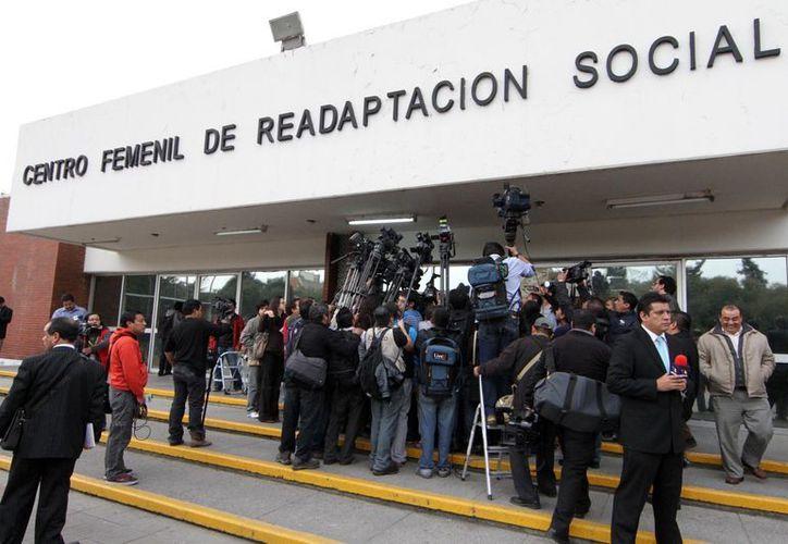 Desde que se anunció el fallo de la SCJN, diversos medios de comunicación llegaron al reclusorio femenil de Tepepan. (Notimex)