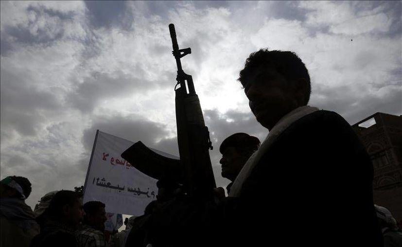 En la imagen se aprecian las protestas realizadas después del ataque en Yemen que dejó 55 civiles muertos. Aviones de la coalición árabe-musulmana bombardearon un complejo residencial ubicado en la planta de electricidad de la ciudad de Moca. (Foto EFE)