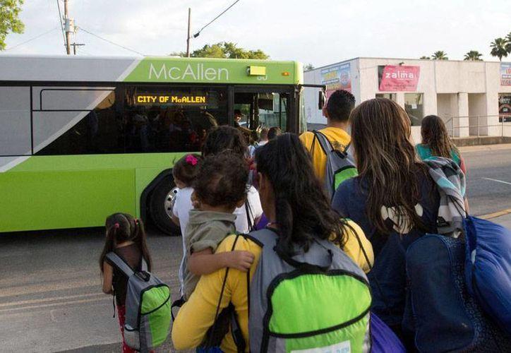 Las deportaciones de inmigrantes de Centroamérica puede ser un indicio de que se repita la crisis de 2014, advierten. En imagen del 30 de abril de 2015, familias inmigrantes abordan un autobús en McAllen, Texas, para ser deportados. (Archivo/AP)