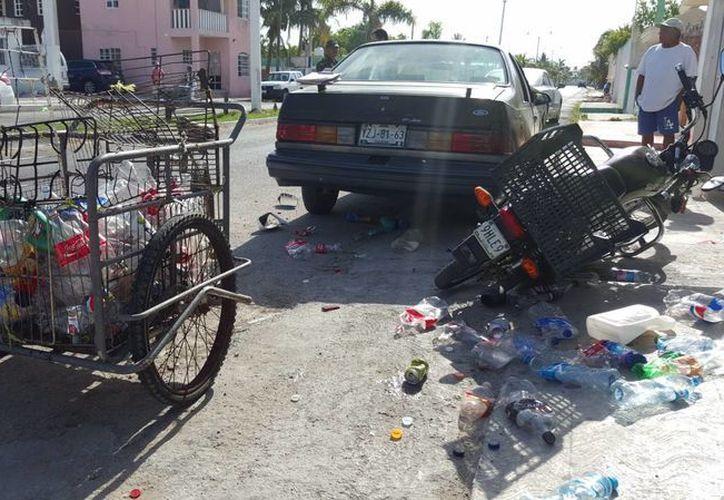El guiador de un triciclo sacó la peor parte en una carambola ocasionada por un automovilista ebrio en Progreso. (Gerardo Keb/Milenio Novedades)