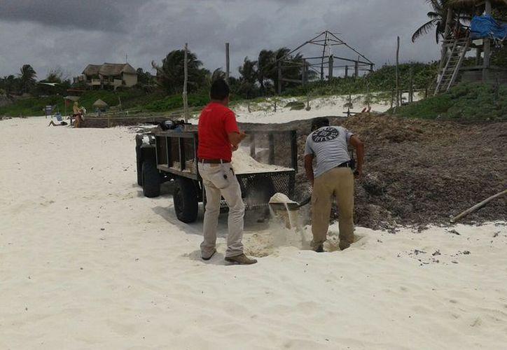 La Conanp frenó el traslado de arena que pretendían realizar trabajadores del hotel Mezzanine, de Tulum. (Sara Cauich/SIPSE)