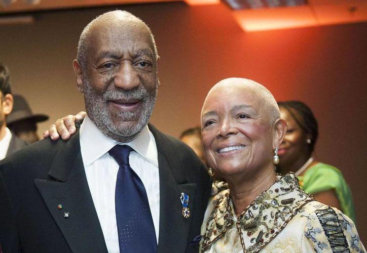 El comediante Bill Cosby con su esposa de toda la vida, Camille. Él enfrenta varias acusaciones por abuso sexual y ella por difamación. (nbcnews.com)