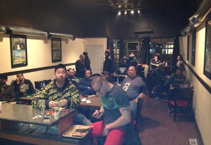 El restaurante Mega ILL en Vancouver ha encontrado una 'mina' de oro en la marihuana: los comensales puede fumarla, pero también comerla  en una pizza. (Facebook)