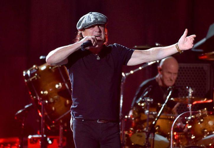Brian Johnson, de la banda de rock AC/DC, durante su actuación en la 57 entrega de los premios Grammy, en Los Ángeles. (AP)