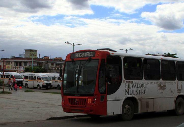 Jet Van Car S.A. de C.V. cubre cinco rutas, con 20 camiones. (Ángel Castilla/SIPSE)