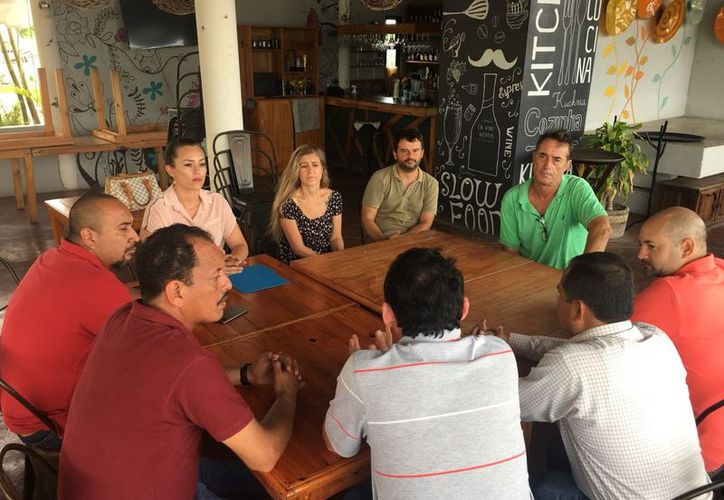 Los prestadores de servicios turísticos entregaron al superintendente de la CFE un documento con sus peticiones. (Javier Ortiz/SIPSE)