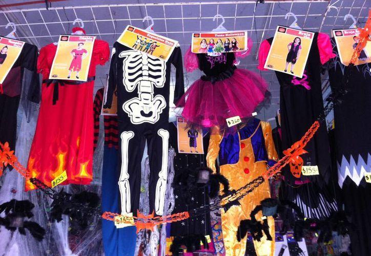 A partir de hoy, comerciantes locales esperan un repunte en las ventas de disfraces y todo lo alusivo a las fiestas de Halloween. (Rossy López/SIPSE)