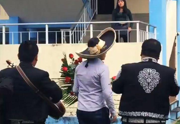 """Al ritmo de """"Si nos dejan"""", el chico fue rechazado por su amada frente a la mirada de decenas de estudiantes. (Foto: Captura del video)"""