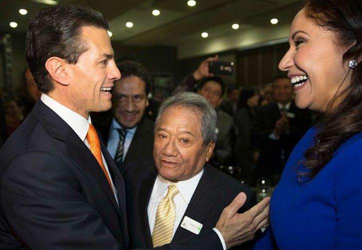 Peña Nieto estuvo presente en la 57 Semana de la Radio y Televisión en la Ciudad de México, donde tuvo oportunidad de saludar personalmente al cantautor yucateco Armando Manzanero. (Facebook/Enrique Peña Nieto)