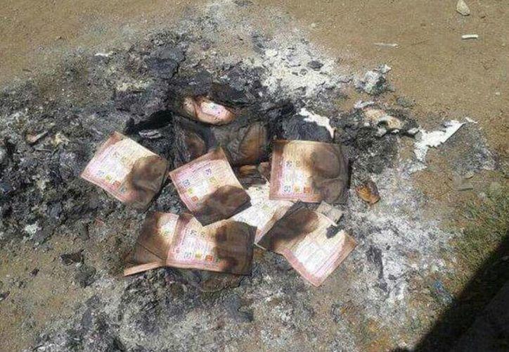 A pesar de que en municipios como Dzilam (a donde corresponde la foto), ciudadanos quemaron las boletas electorales, se confirmó, gracias a las actas, el triunfo del PRI. El tricolor obtuvo otras siete alcaldías, en le primer día de recuento oficial de votos. (SIPSE)