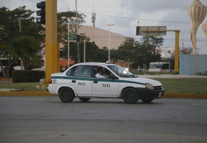Durante enero los taxis deberán respetar la tarifa vigente en 2014. (Israel Leal/SIPSE)