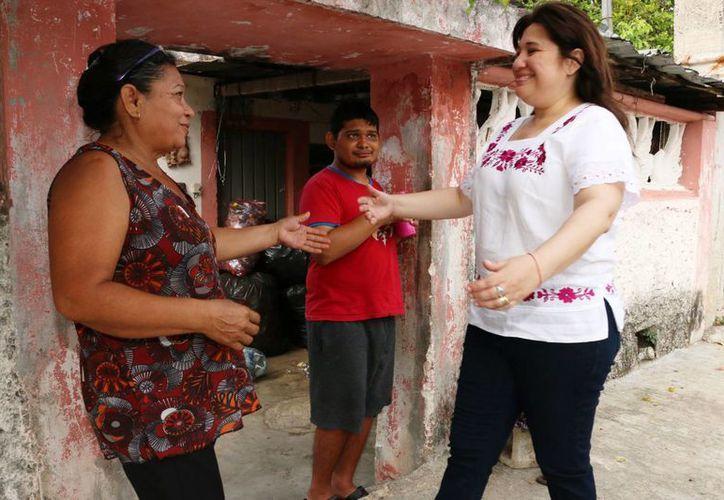 Celia Rivas, candidata priista a diputada por el VII Distrito, saluda a vecinos durante uno de sus recorridos. (SIPSE)