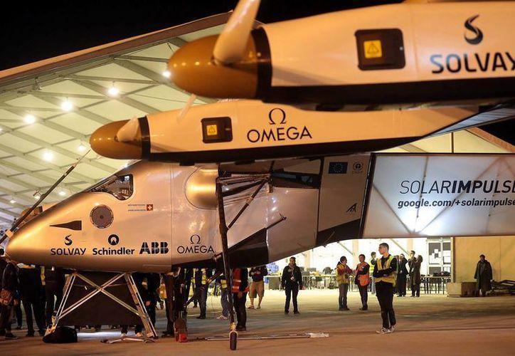 Imagen del avión solar Impulse II cuando se disponía salir de Japón con rumbo a Hawai. Hoy rompió récord tras viajar al viajar 76 horas sin combustible. (Archivo/EFE)