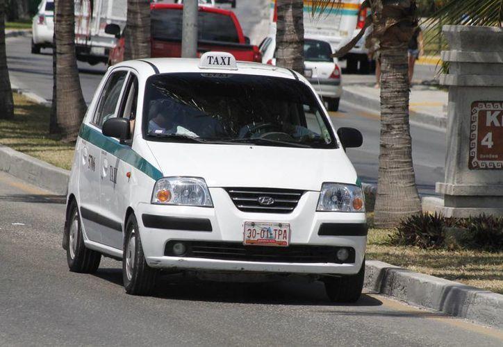 Empresarios urgen controlar el desmedido costo de las tarifas de taxi, a fin de fomentar la llegada de visitantes al centro. (Israel Leal/SIPSE)