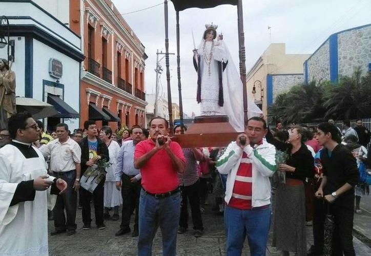 La procesión de la Virgen de la Candelaria se realizo al mediodia de este jueves, por las calles del Centro histórico de Mérida. (Milenio Novedades)