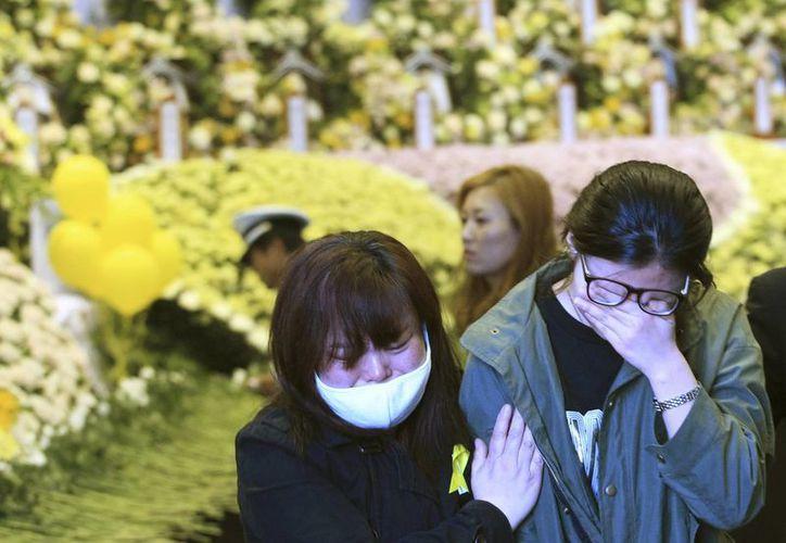 Las autoridades prometieron a los familiares el máximo esfuerzo hasta el último momento durante las operaciones de rescate. (AP)