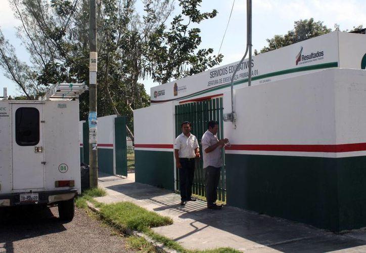 Personal de la SEQ fue sorprendido manipulando el medidor de la CFE a las afueras de las instalaciones de la Jefatura de Enseñanza Primaria 01. (Enrique Mena/SIPSE)