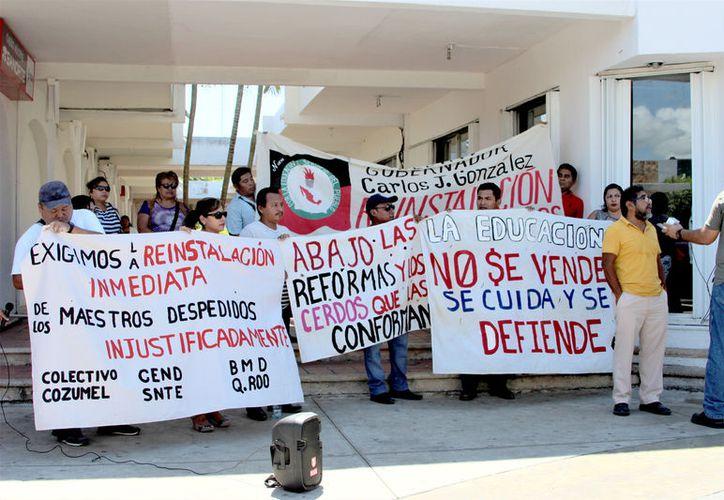 A través de mantas, los docentes exponían su enojo contra los despidos injustificados por parte de la SEyC y pedían apoyo al gobierno. (Foto: David De la Fuente)