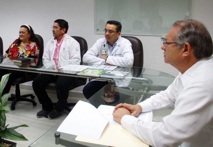 Méndez Vales (d), comentó que el organismo trabajará para alcanzar metas importantes y reducir los índices de sobrepeso y obesidad. (Juan Albornoz/SIPSE)