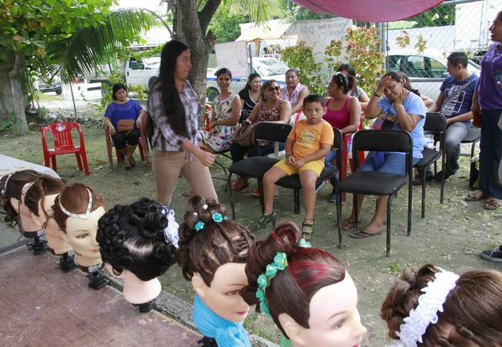 """El curso de """"Peinado profesional"""" tuvo un costo de 250 pesos. (Tomás Álvarez/SIPSE)"""