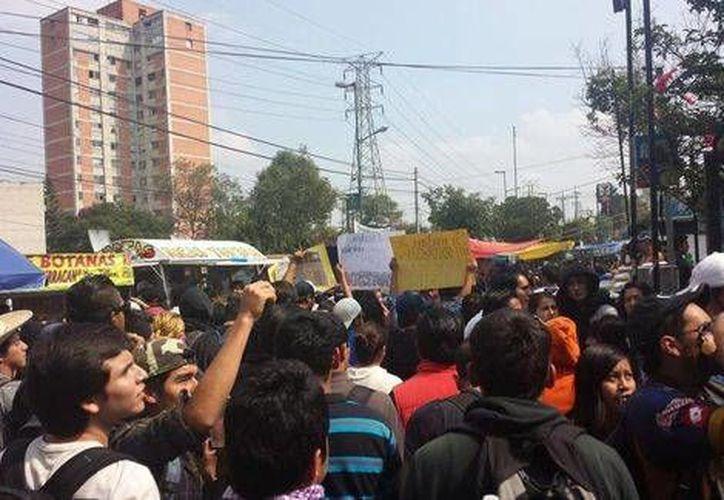 Estudiantes de la UNAM se dirigen a la rectoría de la Casa de Estudios en rechazo a José Narro Robles. (Yosoy132FilosofíayLetras)