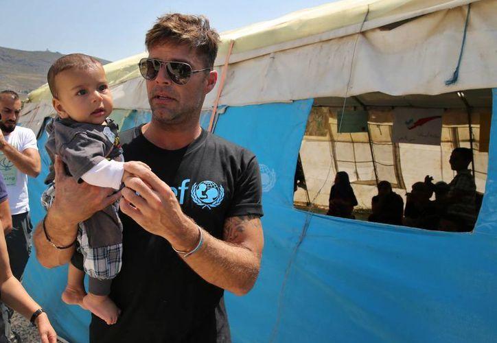 Ricky Martín se reunió con niños sirios en Zahleh, con los que platicó, jugó y hasta cantaron uno de sus éxitos del famoso cantante. (AP)