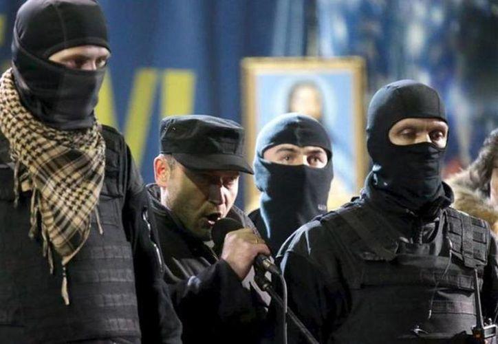 Dimitro Yarosh (centro) es  uno de los líderes más influyentes del movimiento de protesta EuroMaidán en Ucrania. (Archivo/Agencias)