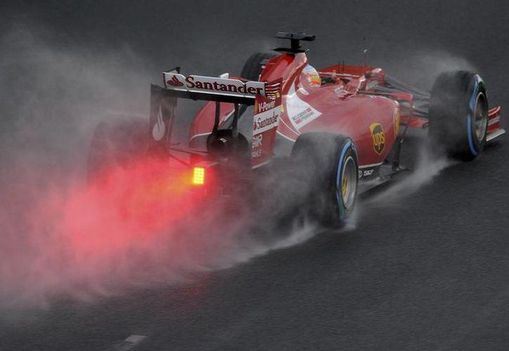 El español Fernando Alonso, cuyo vehículo aparece en la imagen, quedó en la quinta posición en el GP de Australia, en Melbourne. (Agencias)