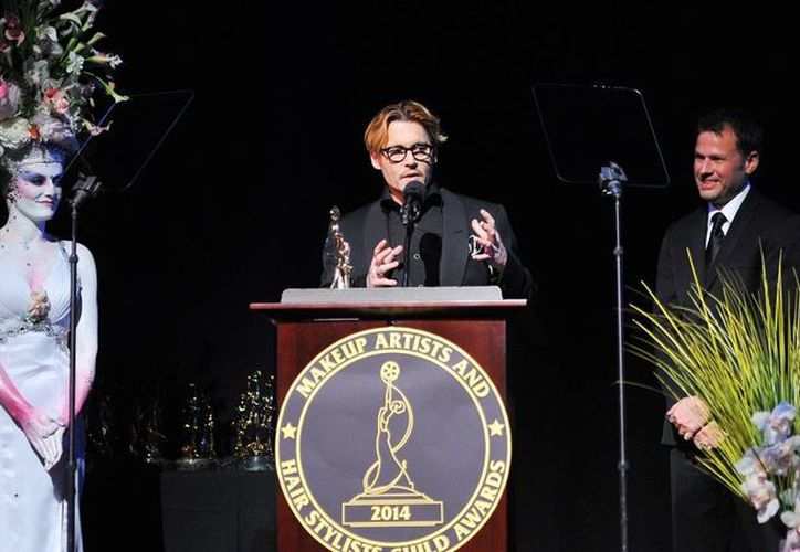 El actor Johnny Deep recibe el premio al arte del Sindicato de Maquillistas y Peinadores el sábado pasado en los Estudios Paramount en Los Angeles, EU. (Agencias)