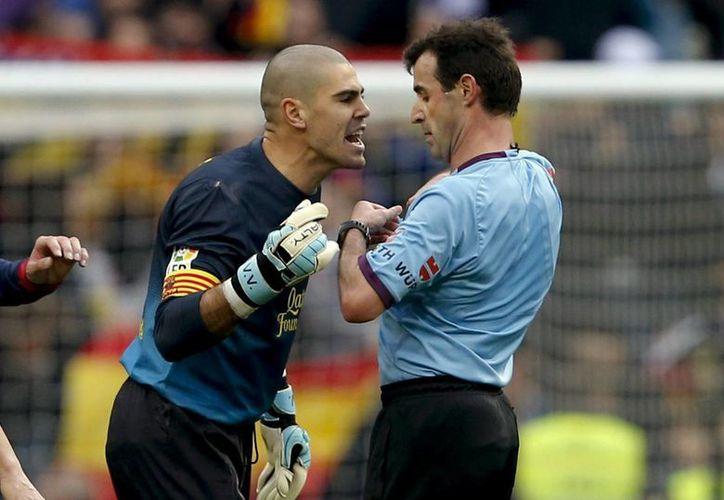 Valdés encaró al árbitro al final del encuentro, reclamando un penal no sancionado. (Foto: EFE)
